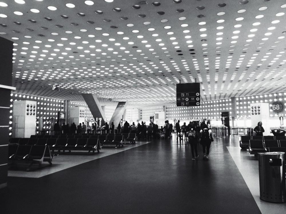 adultos, aeroporto, preto e branco