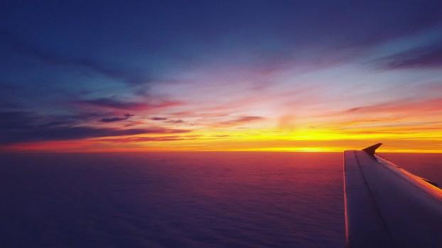 Foto de archivo libre de mar, vuelo, amanecer, cielo