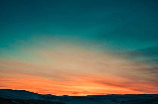 Puesta de sol sobre las montañas cubiertas de nieve