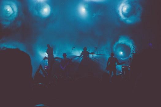 Banda de música se realiza en el escenario durante la noche