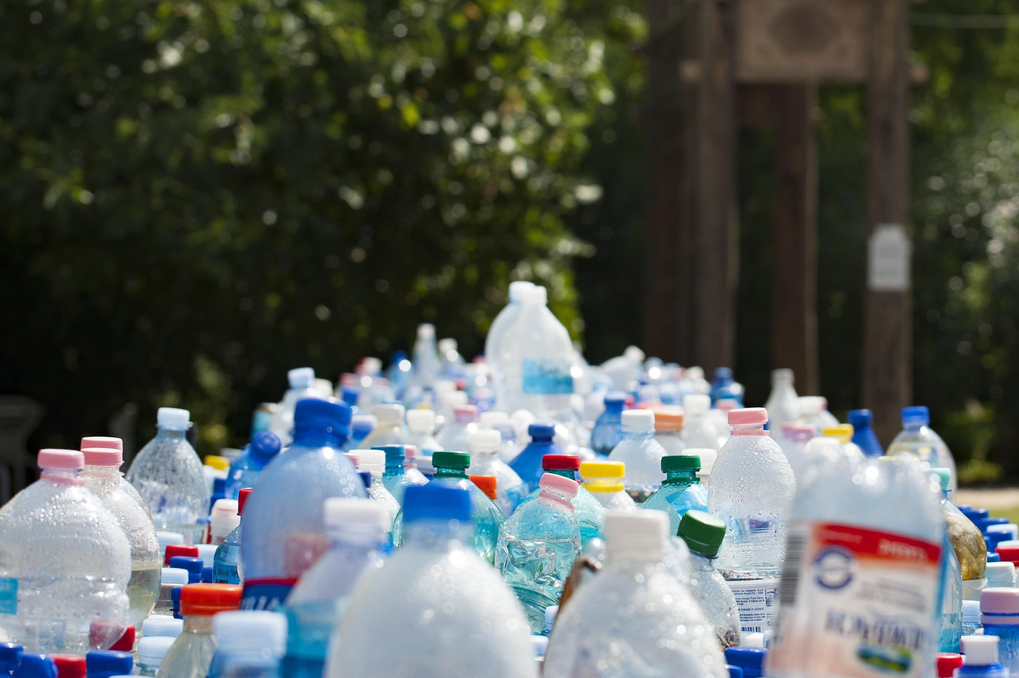 Kostenloses Foto zum Thema abfall container flaschen