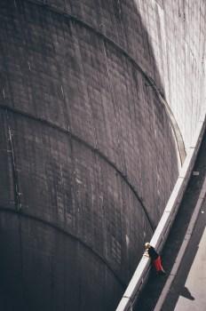 Mujer con camisa negra mirando hacia abajo a través de la presa de Hoover
