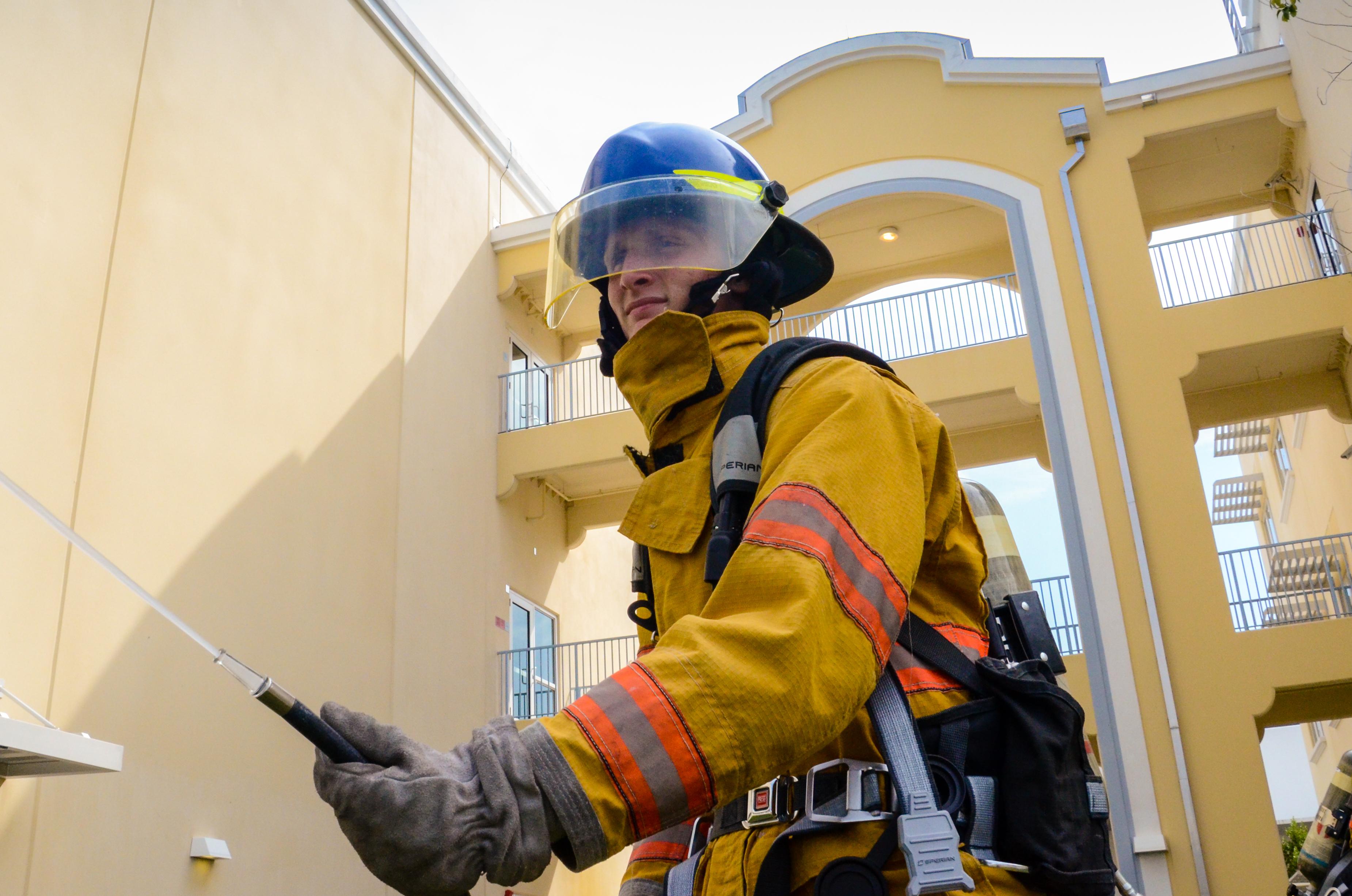 ビルの横にある消防士の写真