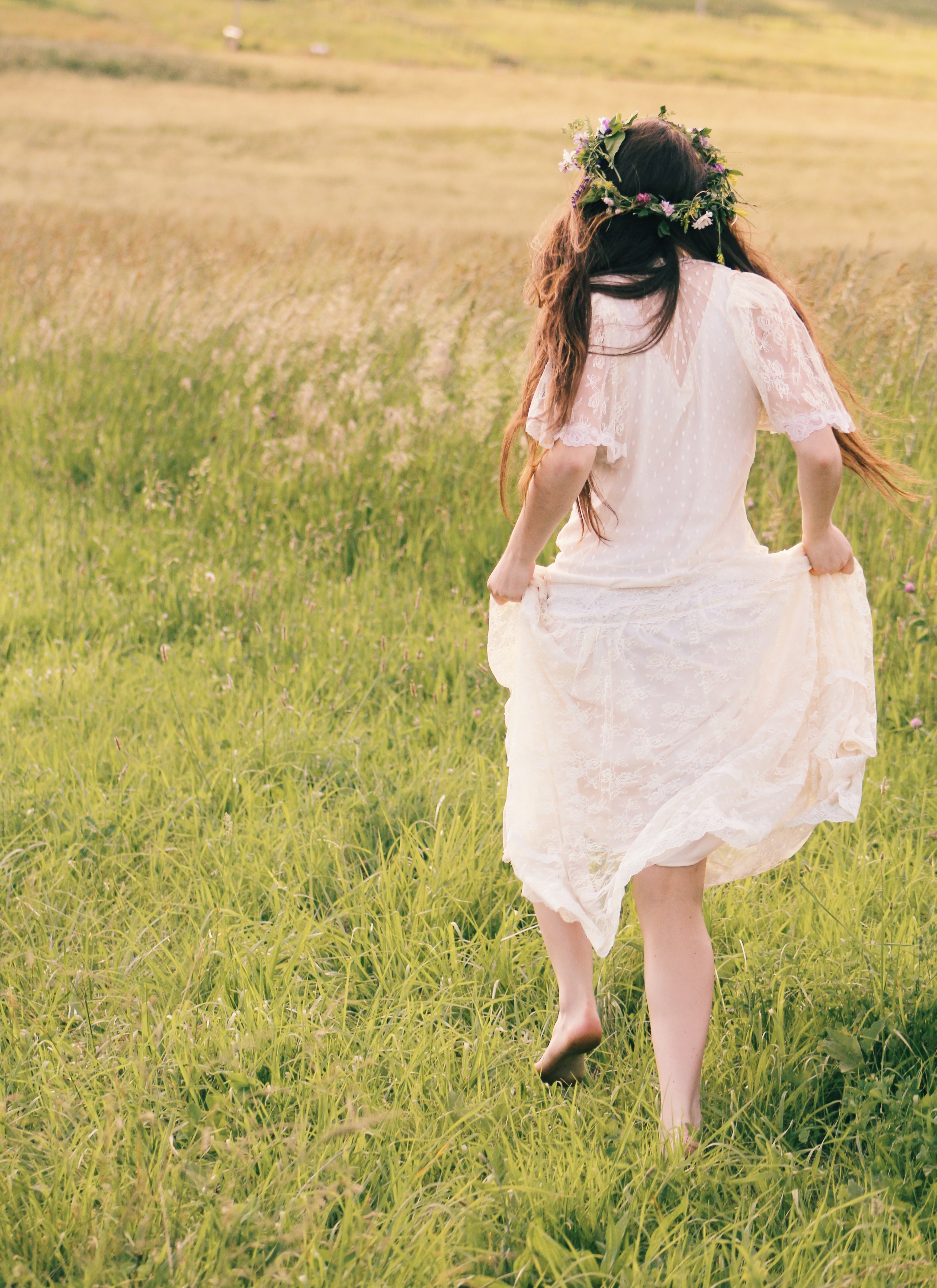 Beautiful Girl Wallpapers Free Woman Walking While Carrying Shoes And Luggage Bag During