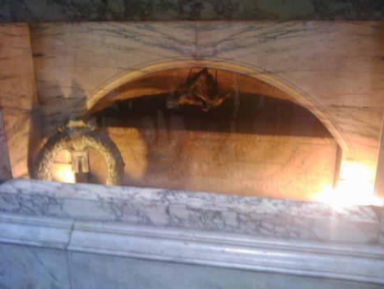 Foto tomba di raffaello sanzio a Roma  550x414  Autore