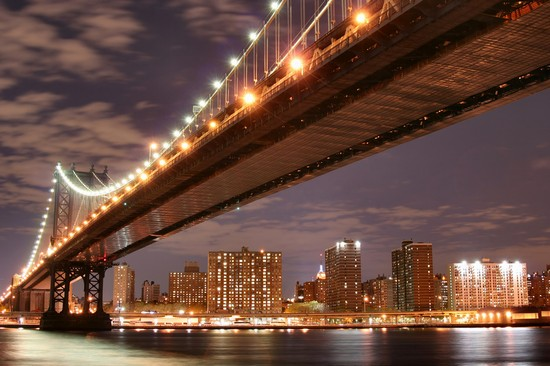 Foto Il Ponte di Brooklyn illuminato a New York  550x366