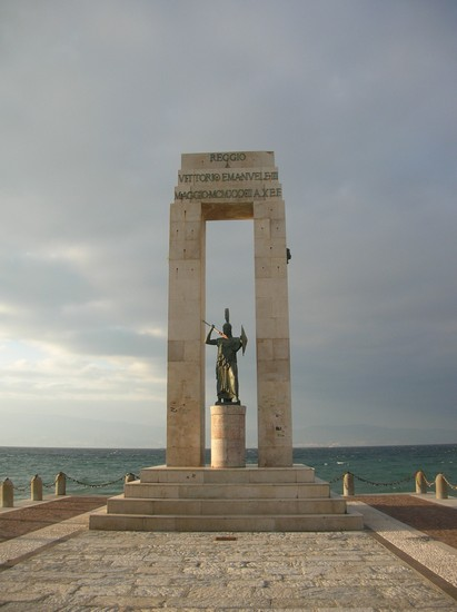 Foto Monumento Athena a Reggio Calabria  411x550  Autore