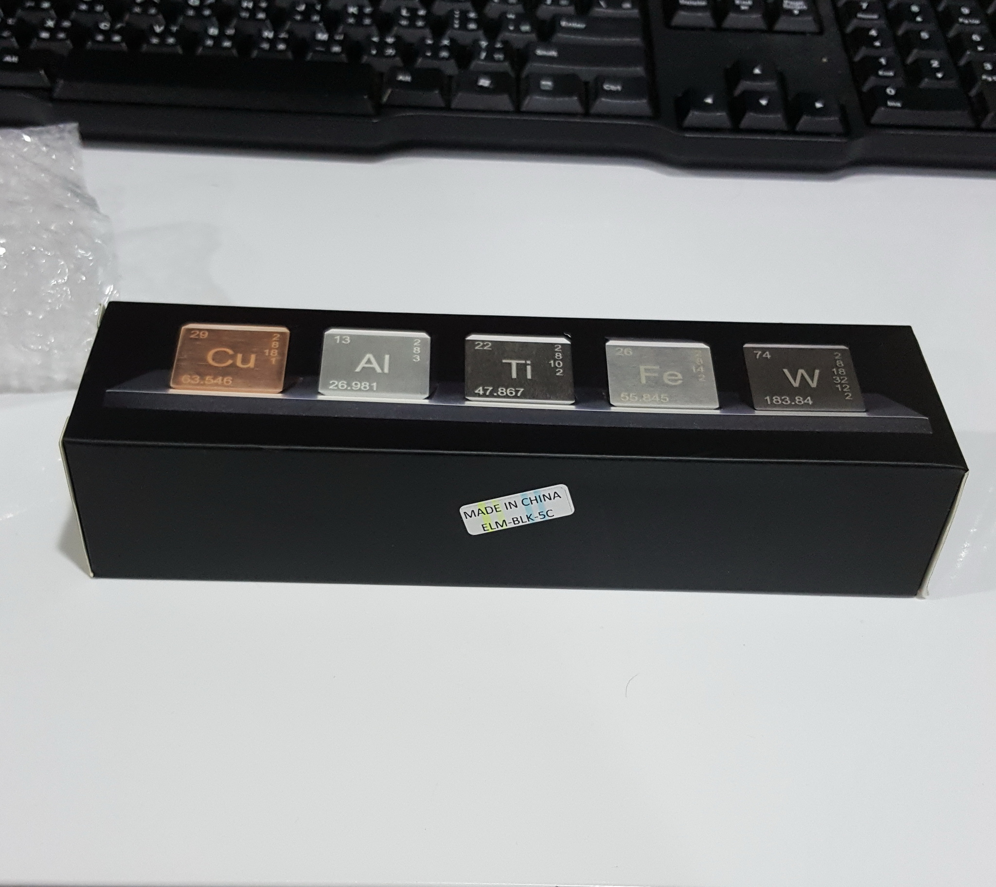 【Muffin歐文】 說 【Elements Cube】終於送到啦~~~還以為送貨人員看不懂英文地址路上寄丟了 盒子外觀......那個MIC ...