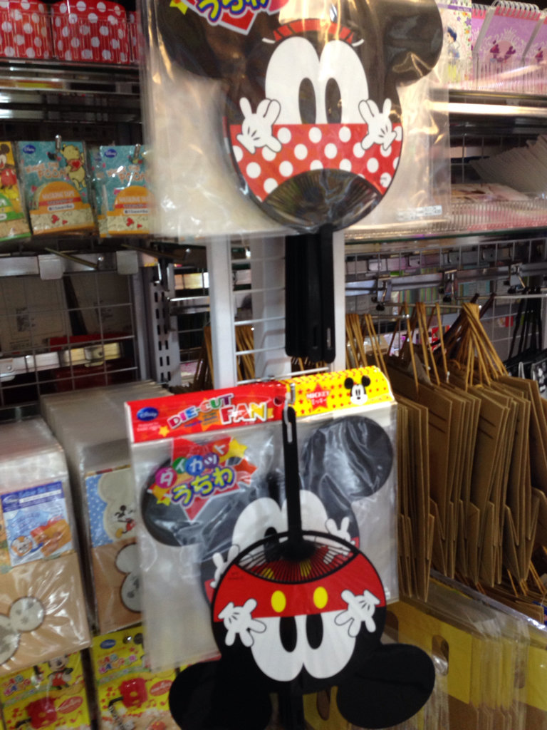 蒼 大創居然有賣透明傘! 還出了一堆米老鼠的東西 - #liuhjh - Plurk