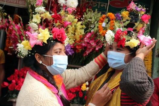 স্বাস্থ্যবিধি মেনে ফুলের দোকানে ক্রেতারা। শনিবার রংপুর নগরের নিউ ইঞ্জিনিয়ারপাড়া এলাকায়