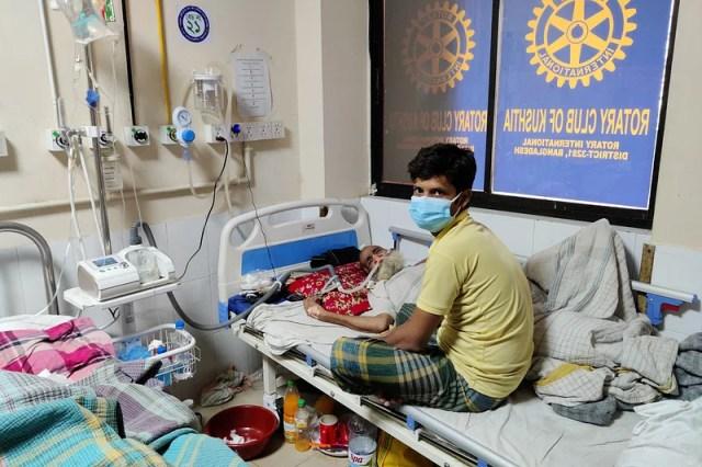 Mahbub, the grandson of Mokammel Hossain, who is undergoing treatment in Corona Ward.  June 3 at Kushtia General Hospital