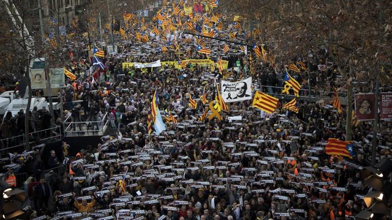 Des milliers de séparatistes catalans défilent à Barcelone pour proclamer l'innocence de 12 de leurs dirigeants qui sont jugés pour leur rôle dans une tentative de sécession ratée en 2017.