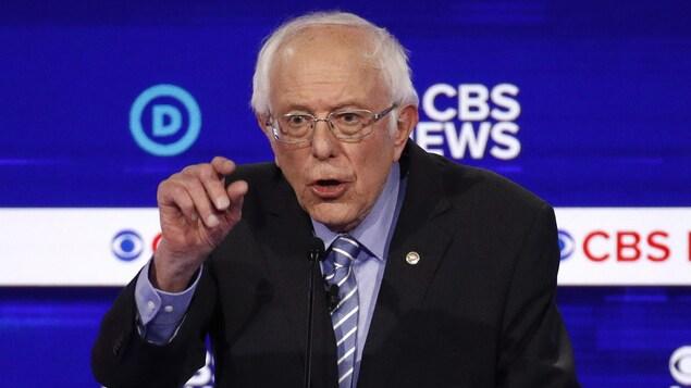 Bernie Sanders au centre des attaques d'un débat chaotique