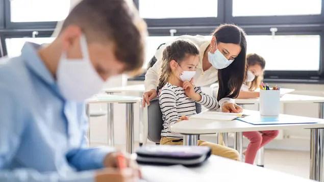Les enseignants devraient-ils recevoir le vaccin en priorité?