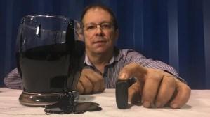 Cal Broder montre à quoi ressemble son pétrole solide.