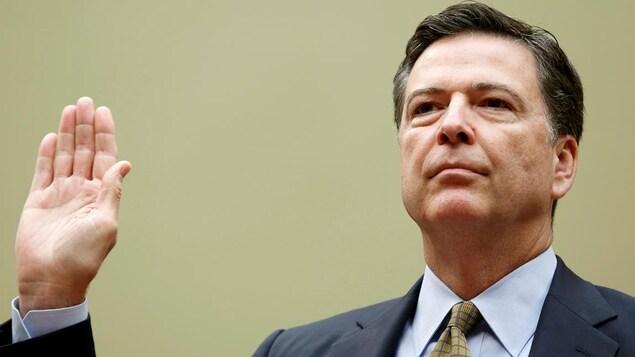 L'ancien directeur du FBI, James Comey, en train de prêter serment.