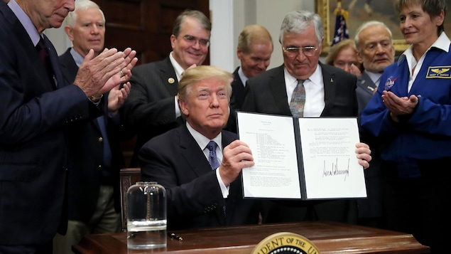 Une photo montre le président américain Donald Trump lors de la signature d'une directive demandant à la NASA de renvoyer des hommes sur la Lune. Pour les Américains, le projet Lunar Gateway est devenu prioritaire.