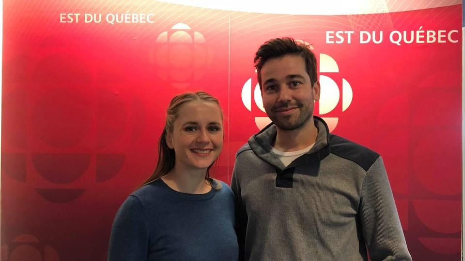 Claire Bardin et Mathieu L'Heureux devant le logo de Radio-Canada Est-du-Québec.