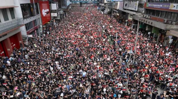 Des milliers de personnes prennent la rue d'assaut afin de manifester.