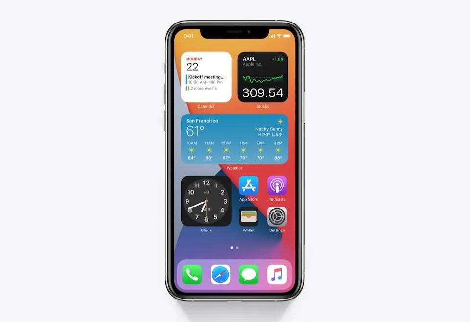 Un iPhone, visto de frente, con varios widgets en su pantalla de inicio.