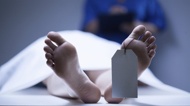 Un cadavre à la morgue