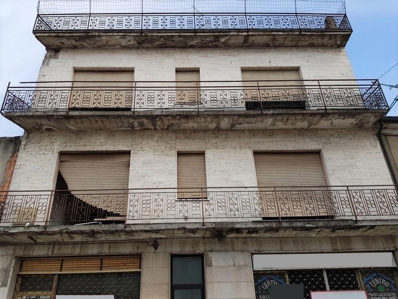 Asta 2770 Edificio da ristrutturare con negozi e