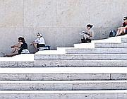 Turisti cercano disperatamente l'ombra (Foto Jpeg)