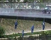 I manichini impiccati ai ponti del Tevere a Roma (foto Proto)