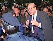 30 aprile 1993, Bettino Craxi esce dall'hotel Raphaël di Roma (foto Ap)