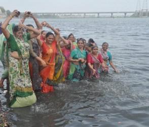 ગુજરાતીઓએ અધિક માસના અંતિમ દિવસે આવી રીતે લગાવી શ્રદ્ધાની ડુબકી, જુઓ Photos