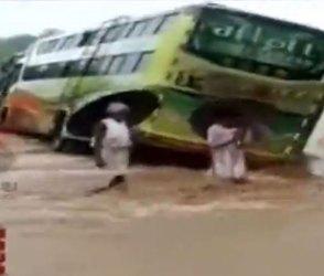 અમરેલી : નદીના ધસમસતા પાણીમાં બરોબર વચ્ચે જ બસ ફસાઈ, જુઓ Video