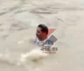 Video : પૂરમાં ડૂબેલા આધેડને બચાવવા BJPના પૂર્વ MLA પાણીમાં કૂદયા