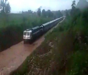 Video: વરસાદમાં પાટા ડૂબતા ટ્રેન એવી તો ફસાઇ કે બેઠેલાના જીવ બંધાયા પડીકે