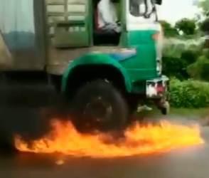 Viral Video: ટ્રકમાં બેઠો હતો ડ્રાઈવર, તો પણ લગાવી આગ…