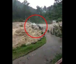 જોખમ લઈને પૂરના પાણીમાં પસાર થઈ બે ગાડીઓ, શ્વાસ અદ્ધર થઈ જાય તેવો વીડિયો
