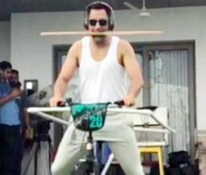 ધોનીનો 'સાયકલ સ્ટંટ', સોશ્યિલ મીડિયા પર થયો વાયરલ, જુઓ વીડિયો