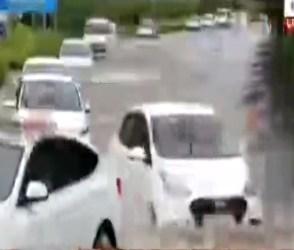 અમદાવાદ એરપોર્ટના વિસ્તારોમાં ઘૂંટણસમા પાણી ભરાયા, જુઓ Video