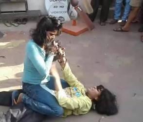 ડાકોરમાં બે મહિલાઓએ એકબીજાના વાળ પકડી કરી મારામારી, વીડિયો ગામમાં થયો ફરતો