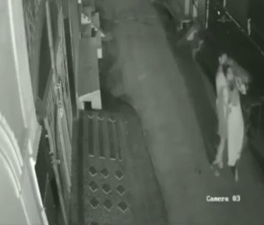 દિલ્હીમાં મહિલાને બાથમાં ભીડી લૂંટી લેવાઈ, જુઓ વીડિયો