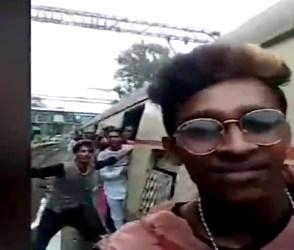 મુંબઈ લોકલ ટ્રેનમાં સ્ટંટ કરતા લોકોને જોઇને તમે પણ કહેશો, અરે..રે..ગયો