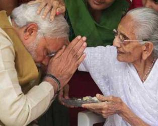 PM મોદીએ હીરાબાના લીધા આશીર્વાદ, કયાંક બનશે વર્લ્ડ રેકોર્ડ તો કયાંક મફતમાં ચા-ખમણ