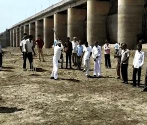 આ તે કેવો વિરોધ! ખાલીખમ ડેમમાં 20 ગામના ખેડૂતોએ ક્રિકેટ રમી વિરોધ નોંધાવ્યો, જુઓ Video