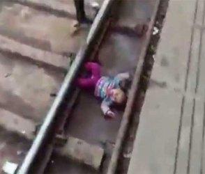 Video : 1 વર્ષની બાળકી પરથી આખે આખી ટ્રેન પસાર થઈ ગઈ પણ…