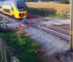 Video : રેલવે ટ્રેક પરથી પસાર થઈ રહ્યો હતો યુવક, અચાનક આવી ટ્રેન અને…