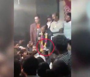 Video : ભાષણ આપતા આપતા નેતાજીનું પેંટ જ ઉતરી ગયું