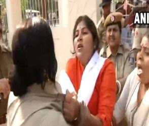 BJP મહિલા કાર્યકર્તા અને પોલીસની વચ્ચે થઈ છૂટા હાથની મારામારી, જુઓ Video