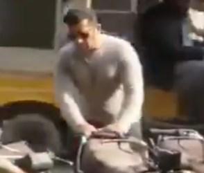 પાકિસ્તાનનાં કરાચીમાં પેટ્રોલ નીકાળતો જોવા મળ્યો સલમાન ખાન! જોઇ લો વિડીયો