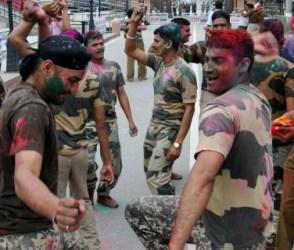 સરહદ પર ભારતીય જવાનોએ ઉજવી ધૂળેટી, રંગો છાંટીને કર્યો ડાંસ, જોઇલો વિડીયો