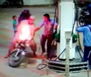 આણંદમાં પેટ્રોલ પુરાવતી વખતે બાઈકમાં લાગી ભમભમ આગ, જુઓ રૂવાટાં ઉભા કરતો- Video