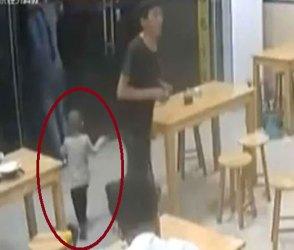 સગો બાપ રૂ.62 માટે રેસ્ટોરાંમાં દીકરીને છોડી જતો રહ્યો, બાળકીનો ડુમા ભરી રડતો Video વાયરલ